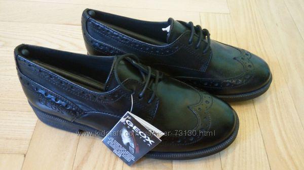 Школьные кожаные туфли GEOX с ажурной перфорацией.