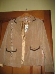 Костюм бежевый  пиджак и капри, S