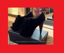 Черные стильные модные фирменные туфли