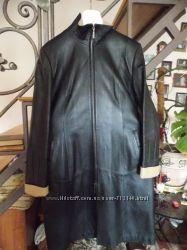 Классическое кожаное пальто-плащ.