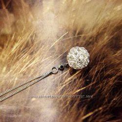 Серебристая элегантная цепочка с кулончиком в виде переплетенного шарика