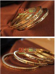 Стильный женский браслет, фразы выполнены на английском языке.
