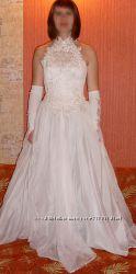 кружевное свадебное платье и перчатки