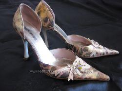 Итальянские золотистые туфли на шпильке. Недорого. Нарядные