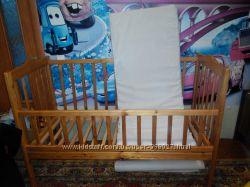 Детская кроватка из натурального дерева и матрац