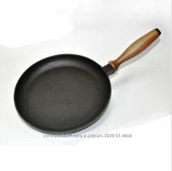 Сковорода-блинница чугунная литая с деревянной ручкой.