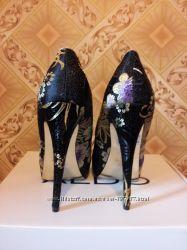 Восхитительные фирменные туфли с узором вышивкой.
