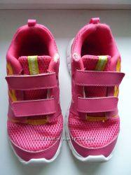 Продам кроссовки REEBOK 31 размер и шлепки ADIDAS 30 31 размер