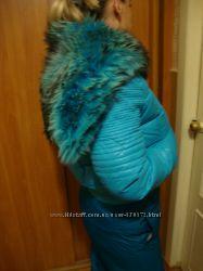 Пуховик бирюзовый с енотом и лыжными брюками.