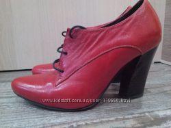 Стильные лаковые туфли на шнуровке