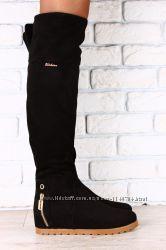Ботфорты замшевые черные, на коричневой подошве, без каблука, с змейкой на