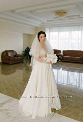 Свадебное платье цвета айвори обшитое жемчугом и кристаллами