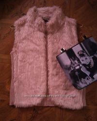 Модная меховая жилетка с вязанной спинкой.