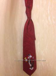 Красный широкий галстук с ярким принтом