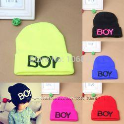 Яркая шапка boy осень