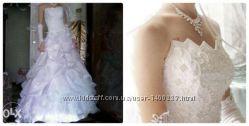Красивое белое свадебное платье с кольцами