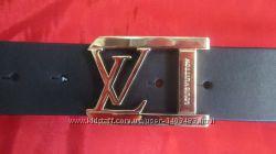 Кожаный ремень Louis Vuitton с золотистой пряжкой.