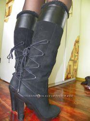 Сапоги из черной замши на каблуке