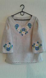 Женская вышиванка из серого льна с васильками и ромашками