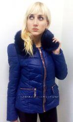 Короткая женская куртка синего цвета.