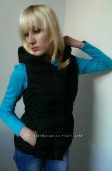 Женская жилетка чёрная с капюшоном