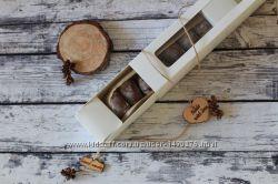 Шоколадное печенье, посыпанное сахарной пудрой в красивой упаковке