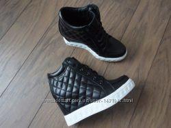 Черные кожаные сникерсы , стеганые на шнуровке