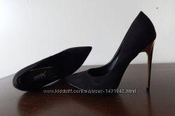 Черные замшевые туфли лодочки на шпильке, золотой каблук