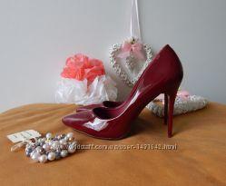 Бордовые лакированные туфли лодочки на шпильке