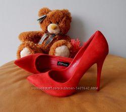 Красные замшевые туфли лодочки на шпильке