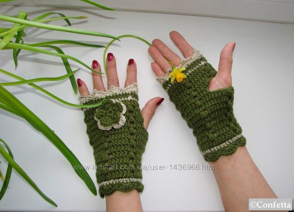 Вязаные зеленые митенки