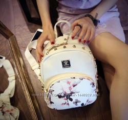 Белый и черный рюкзачек с цветочным принтом, декорированный заклепками