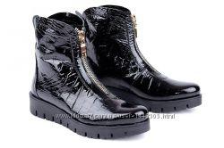Кожаные женские ботинки цвет черная рептилия лак