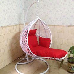 подвесное кресло из ротанга с подставкой для ног