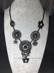 Ожерелье из металла с камнями
