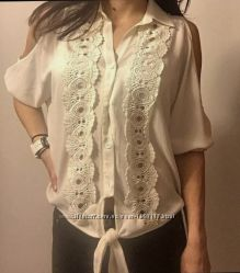 fe1e6774f3e Брендовая белая блуза USA с вырезами на рукавах и кружевным декором ...