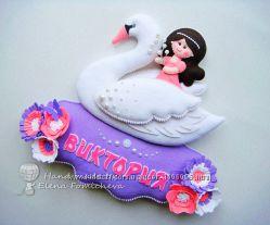 Декоративное именное панно из фетра в детскую в виде девочки на лебеде