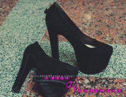 Туфли с декоративным замочком на каблуке