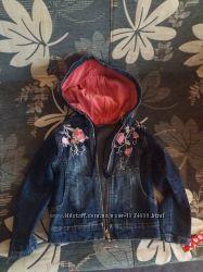 Куртка джинсовая, жилет красный для девочки р. 104-116